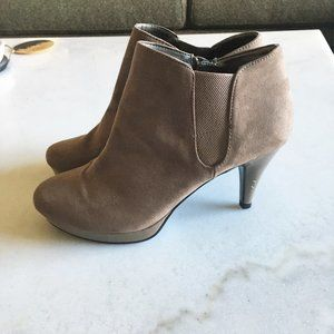 NWOT! Bandolino Miku suede look tan ankle boot